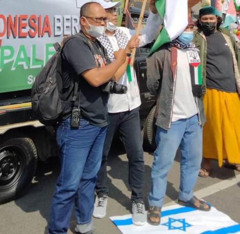 Persatuan Pemuda Pemudi Pejuang Islam Indonesia Aksi Bela Palestina menggelar aksi mendukung kemerdekaan Palestina di depan Gedung DPRD Jawa Timur (Jatim), Kota Surabaya, Senin (17/5) pagi WIB.