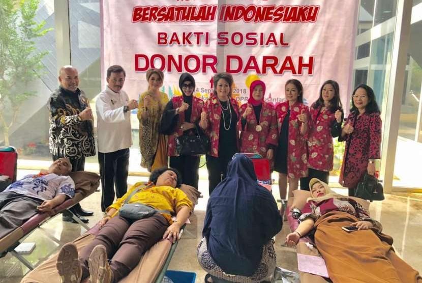 Persaudaraan Istri Anggota (PIA) DPR RI merayakan peringatan HUT ke-73 DPR dengan menyelenggarakan bakti sosial donor darah serta mengunjungi pengungsi korban gempa di Lombok.