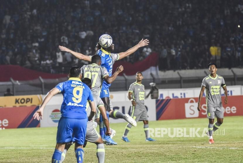 Persib Bandung Imbang Melawan  Borneo FC. Pemain Persib Bandung berebut bola dengan pemain Borneo FC dalam laga lanjutan Liga 1 2019 di Stadion Si Jalak Harupat, Kabupaten Bandung, Rabu (14/8).