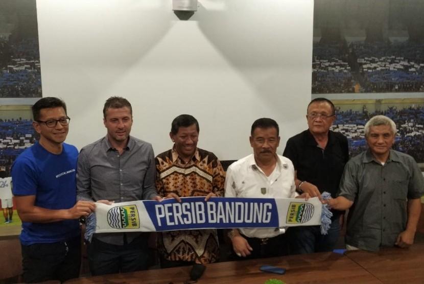 Persib Bandung memperkenalkan Miljaan Radovic sebagai pelatih Persib di Graha Persib, Jalan Sulanjana, Kota Bandung, Rabu (9/1).