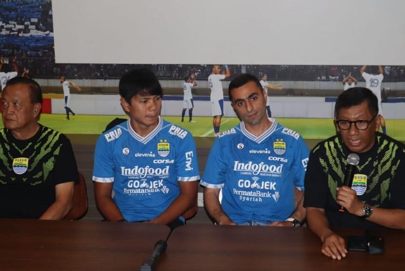 Persib memperkenalkan dua pemain baru, Achmad Jufriyanto (dua dari kiri) dan Artur Gevorkyan (tiga dari kiri) di Graha Persib, Jalan Sulanjana, Kota Bandung, Kamis (18/4).