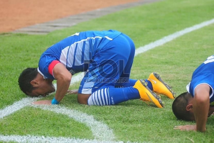 Pemain Persib, Atep melakukan selebrasi gol dengan sujud syukur usai menjebol gawang  kesebelasan Lao FC, pada pertandingan penyisihan group AFC Cup 2015 di Stadion Si Jalak Harupat, Kabupaten Bandung, Rabu (18/3). (foto : Septianjar Muharam)