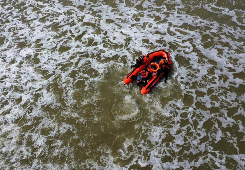 Personel Basarnas melakukan pencarian korban tenggelam (ilustrasi).