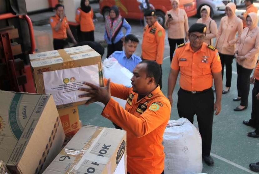 Personel Basarnas Kendari menata paket bantuan yang akan dikirim untuk korban gempa dan tsunami di Palu dan Donggala, Kendari, Sulawesi Tenggara, Senin (1/10).