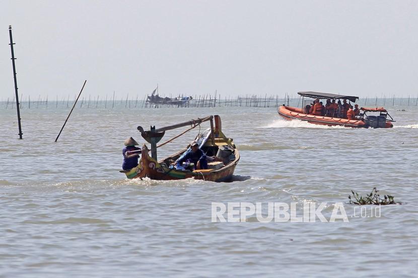 Personel Basarnas melakukan penyisiran saat pencarian Anak Buah Kapal (ABK) KM Barokah Jaya yang tenggelam di Perairan Indramayu, Jawa Barat, Kamis (8/4/2021). Personel tim SAR gabungan masih terus melakukan operasi pencarian 13 ABK KM Barokah Jaya yang tenggelam di perairan Indramayu dengan membagi lima sektor dengan area sesuai dengan SAR Map Prediction.
