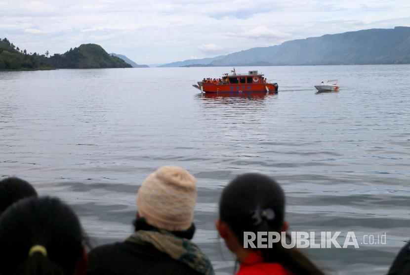 Personel BNPB melakukan pencarian korban KM Sinar Bangun yang tenggelam di Danau Toba, Simalungun, Sumatera Utara, Rabu (20/6).