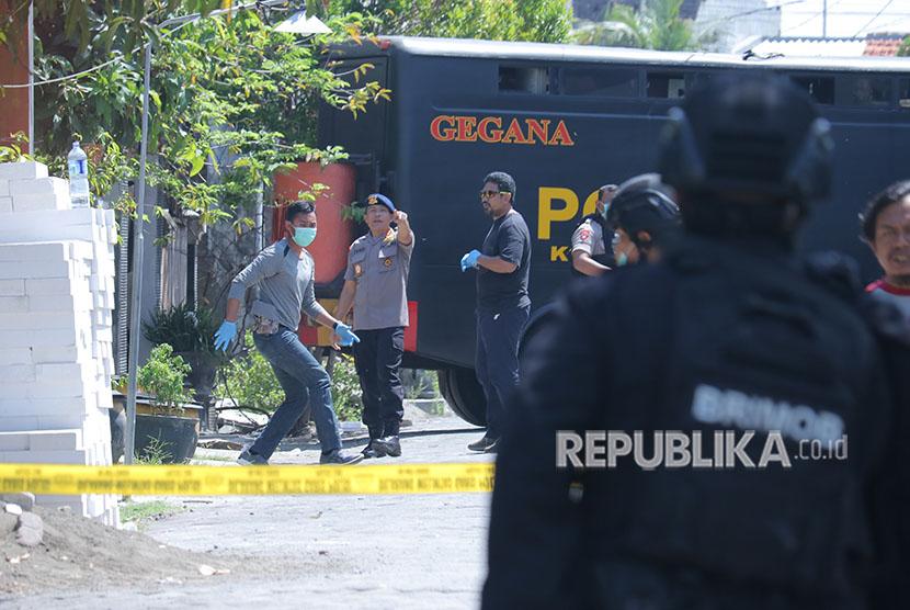 Personel Brimob bersiaga saat dilakukannya penggeledahan oleh Tim Densus 88 di kediaman terduga pelaku bom bunuh diri Polrestabes Surabaya, di Tambak Medokan Ayu, Surabaya, Jawa Timur, Selasa (15/5).