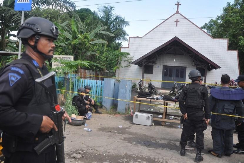 Personel Brimob Polda Kaltim mengamankan lokasi ledakan bom di Gereja Oikumene Kecamatan Loa Janan Ilir, Samarinda, Kalimantan Timur, Minggu (13/11).