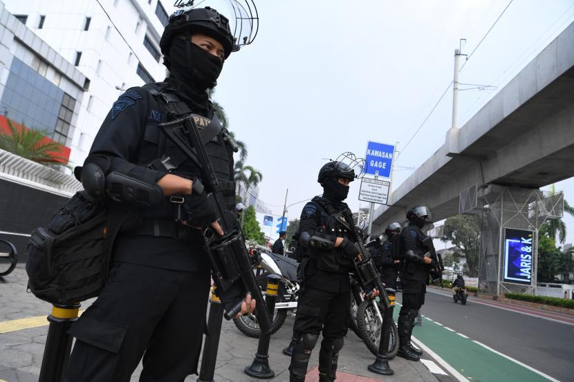 Personel Brimob Polda Metro Jaya berjaga di Jalan Sisingamangaraja dekat gedung Sekretariat ASEAN, Jakarta, Jumat (23/4/2021). Polri mengerahkan 4.382 personel di 51 titik lokasi untuk mengamankan pelaksanaan Konferensi Tingkat Tinggi (KTT) ASEAN yang berlangsung di Sekretariat ASEAN, Jakarta pada Sabtu (24/4) besok.