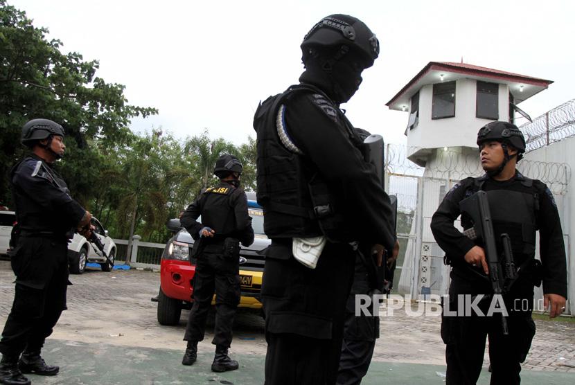 [ilustrasi] Personel Brimob Polda Riau berjaga-jaga.