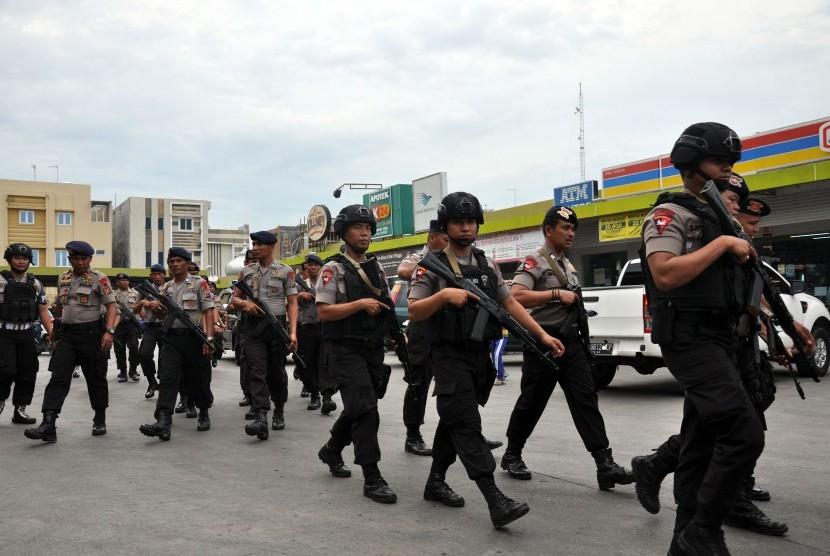 Personel Brimob Polda Sumut berjaga di kawasan terjadinya perusakan pos sekuriti di perumahan elit Cemara Asri Medan, Sumatera Utara, Senin (4/2/2019).