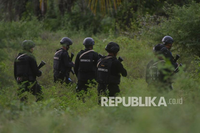Personel Brimob Polri melakukan penyisiran pada lokasi yang diduga menjadi lokasi persembunyian saat melakukan pengejaran terhadap terduga teroris, (ilustrasi).