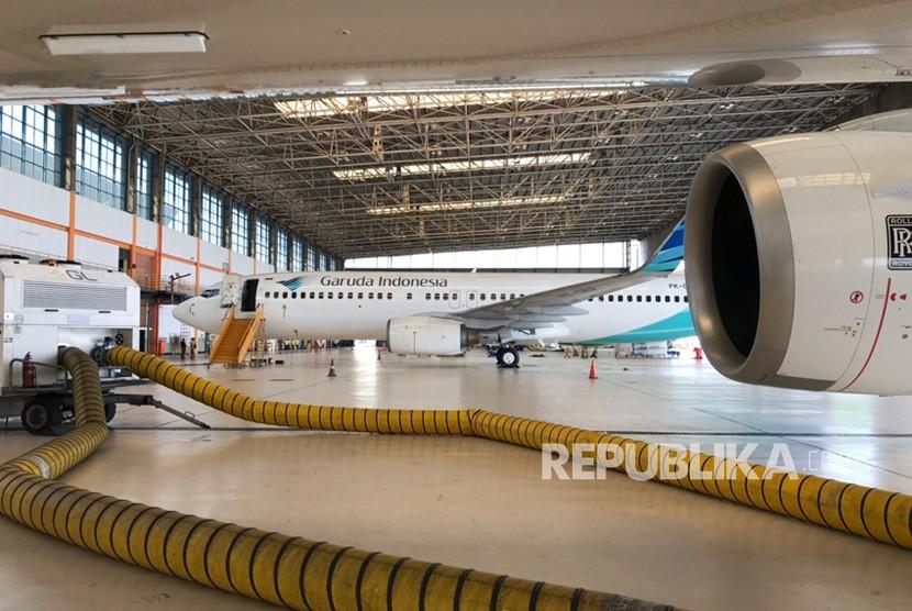 Personel dari Garuda Maintenance Facility (GMF) Aero Asia melakukan proses desinfeksi di pesawat Garuda Indonesia di Hanggara GMF, Cengkareng, dengan menggunakan cairan desinfektan  berkadar alkohol 70 persen.