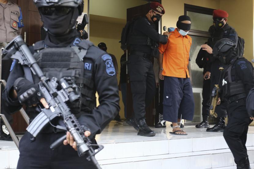 Kasubdit Penyidikan Detasemen Khusus (Densus) 88 Antiteror Polri Dr Imam Subandi mengatakan aksi terorisme di Indonesia merupakan metamorfosis dari rasa ketidakpuasan kekuasaan politik pada masa lalu. (Foto ilustrasi: Densus 88 Anti Teror membawa terduga teroris)