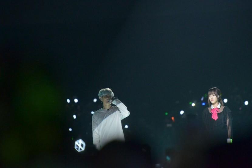 Personel girlband G-Friend, Yuju, dan anggota boyband EXO, Chanyeol, yang menyanyikan ost Goblin, Stay With Me, pada Music Bank in Jakarta di JIExpo, Kemayoran, Jakarta Pusat, Sabtu (2/9) malam.
