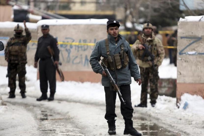 Personel Keamanan berjaga di lokasi serangan bom bunuh di Afghanistan (Ilustrasi)