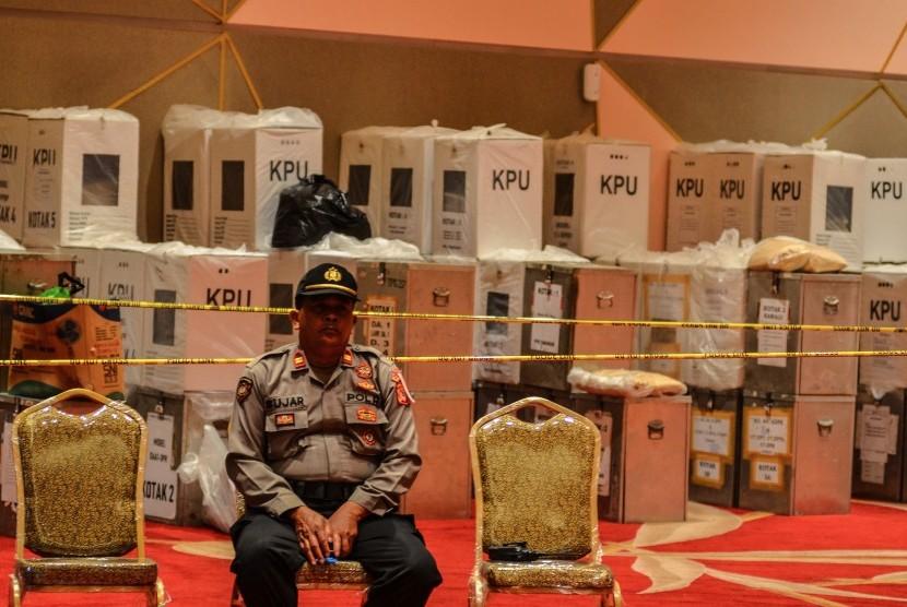 Personel kepolisian berjaga di dekat kotak suara hasil rekapitulasi perolehan suara saat berlangsungya Rapat Pleno Rekapitulasi Penghitungan Perolehan Suara Tingkat Kota Tasikmalaya di Jawa Barat, Sabtu (4/5/2019).