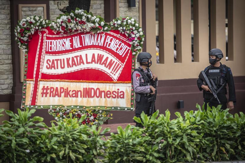 Personel kepolisian bersenjata berjaga di depan Gedung Mabes Polri, Jakarta, Kamis (1/4/2021). Kedua pelaku teror di Makassar dan Mabes Polri tinggalkan surat wasiat kepada keluarganya.