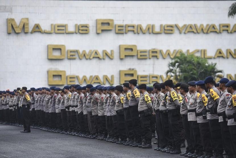 Personel kepolisian melakukan apel persiapan pengamanan aksi 212 di Kompleks Parlemen, Senayan, Jakarta, Senin (20/2).