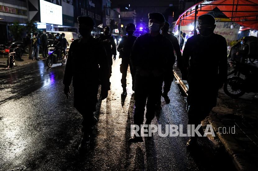 Personel kepolisian melakukan patroli pengawasan protokol kesehatan di kawasan kuliner Jalan Sabang, Jakarta, Jumat (18/6/2021). Gubenur DKI Jakarta Anies Baswedan menyatakan bahwa seluruh kegiatan di Jakarta dibatasi hingga 21.00 WIB sesuai dengan Pemberlakuan Pembatasan Kegiatan Masyarakat (PPKM) menyusul meningkatnya kasus COVID-19 di Jakarta.