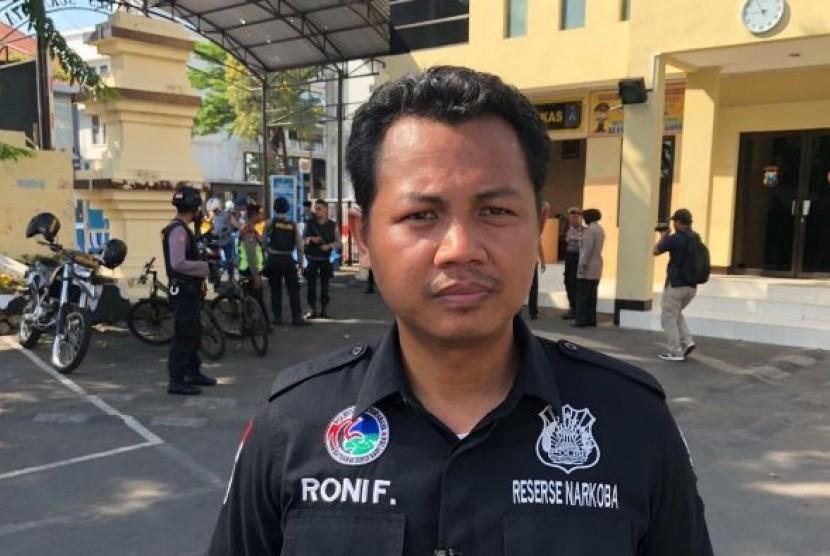 Personel kepolisian Surabaya, Jawa Timur Roni Faisal yang menyelamatkan anak perempuan terduag pelaku pengeboman Mapolrestabes Surabaya, Jawa Timur.