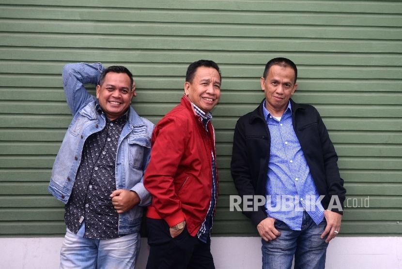 Personel lawak Grup Bagito Hadi Wibowo alias Unang (dari kiri), Dedi Gumelar alias Miing, dan Didin Pinasti alias Didin saat bersilaturahim ke kantor Republika, Jakarta, Kamis (27/10).