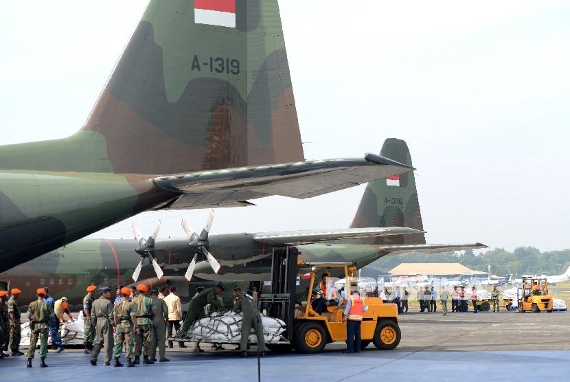 Personel melakukan persiapan pengiriman bantuan kemanusiaan untuk pengungsi Rohingya di Pangkalan TNI AU, Bandara Halim Perdanakusumah, Jakarta, Rabu (13/9).