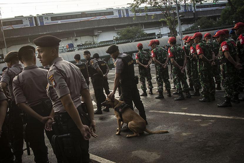 Personel pengamanan TNI-Polri mengikuti apel Gelar Pasukan Angkutan Lebaran 2018 yang dipimpin oleh Menteri Perhubungan Budi Karya Sumadi di Parkir Selatan Stasiun Gambir, Jakarta, Selasa (5/6).