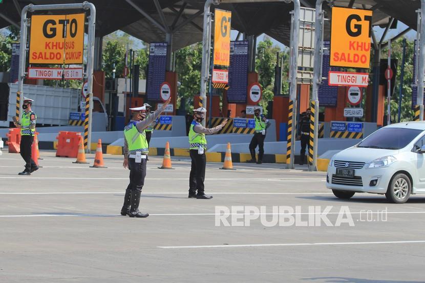 [Ilustrasi] Personel Polresta Cirebon di gerbang Tol Cipali.