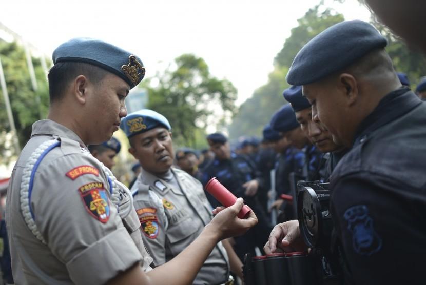 Personel Propam Polda Metro Jaya memeriksa peluru gas air mata milik salah satu personel Brimob sebelum melakukan pengamanan di sekitar Gedung Mahkamah Konstitusi (MK), Jakarta, Rabu (26/6/2019).