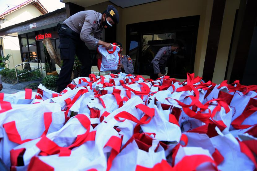 Personel Satbinmas Polres Blitar Kota menata paket bansos dari Presiden Joko Widodo untuk selanjutnya di salurkan di Kota Blitar, Jawa Timur, Jumat (10/9/2021). Menteri Sosial (Mensos) Tri Rismaharini mengusulkan anggaran bansos 2022 untuk anak yatim, piatu, ataupun yatim dan piatu sebesar Rp 11,64 triliun.