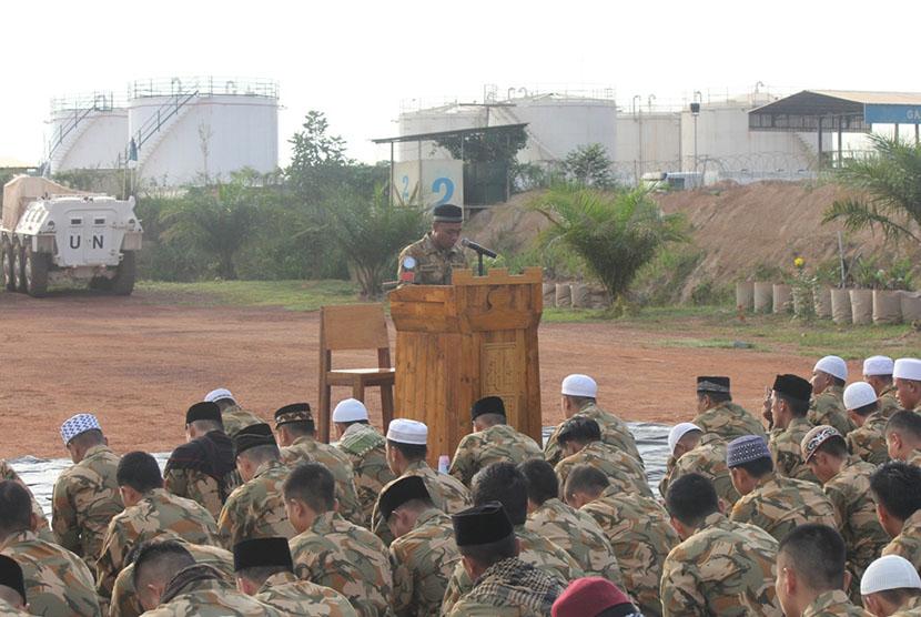 Personel Satgas Kizi TNI Kontingen Garuda (Konga) XXXVII menggelar shalat Ied.
