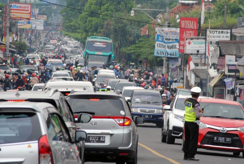Kendaraan memadati jalan raya menuju kawasan Puncak, Kabupaten Bogor, Jawa Barat, Ahad (29/8/2021). Pemkab Bogor ingin pemerintah pusat membangun Jalur Puncak II.