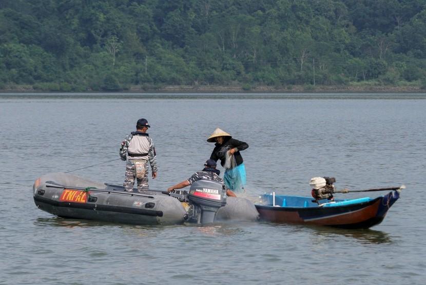 Personel TNI AL melakukan patroli di sekitar perairan Pulau Nusakambangan, Cilacap, Jateng, Kamis (28/7).