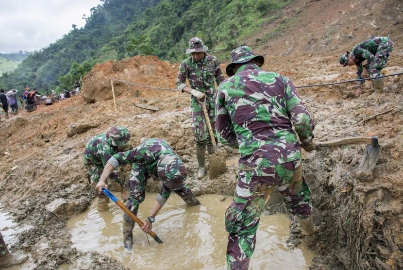 Personel TNI berusaha mencari korban yang belum ditemukan pasca tanah longsor di Desa Sirnaresmi, Cisolok, Kabupaten Sukabumi, Jawa Barat, Kamis (03/01/2019).