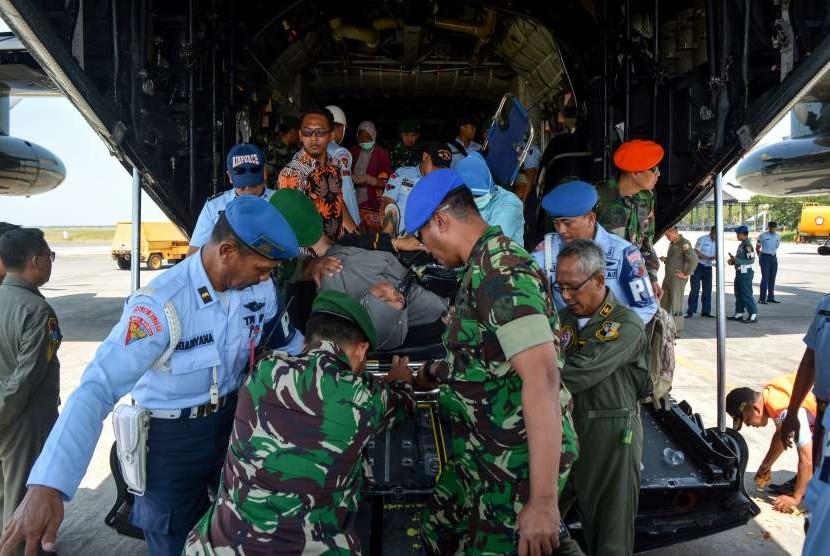 Personel TNI membawa korban luka bencana gempa dan tsunami Palu dan Donggala, Sulawesi Tengah setibanya di Base Ops Lanudal Juanda, Sidoarjo, Jawa Timur, Kamis (4/10).