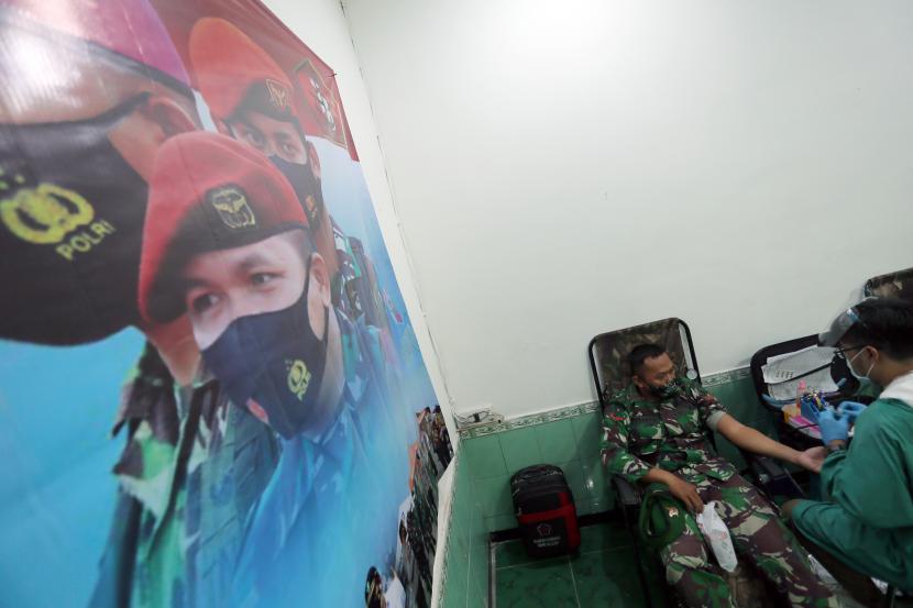 Personel TNI mengikuti bakti sosial donor darah di Aula Makodim 0808 Blitar, Jawa Timur, Jumat (24/9/2021). Selain dalam rangka jelang peringatan HUT TNI ke-76 pada 5 Oktober mendatang, bakti sosial hasil kerjasama Kodim 0808 Blitar dan PMI setempat yang diikuti oleh sejumlah personel TNI-Polri tersebut juga bertujuan untuk memenuhi kebutuhan darah di wilayah itu.