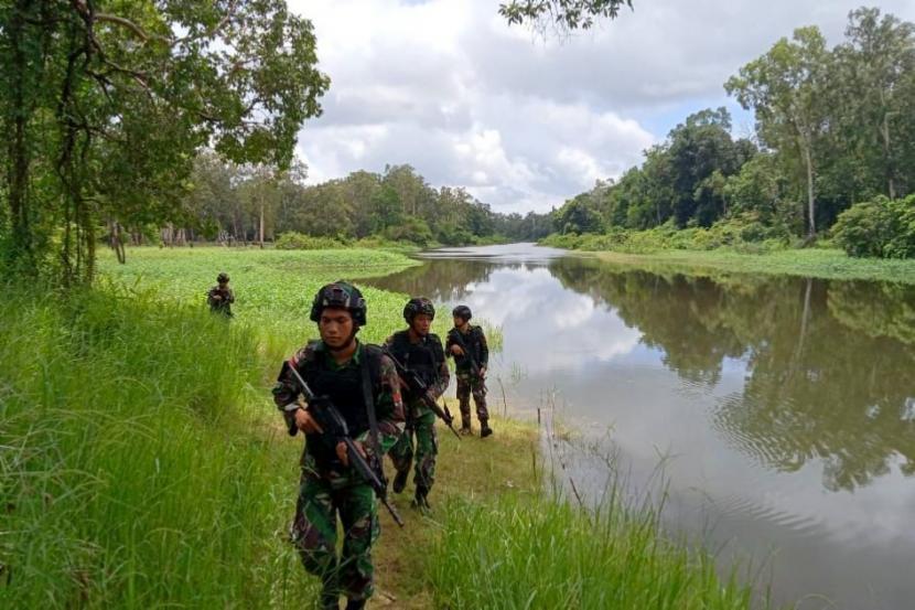 Personel TNI Satuan Tugas Pengamanan Perbatasan (Satgas Pamtas) RI-Papua Nugini patroli di daerah perbatasan Papua-Papua Nugini.