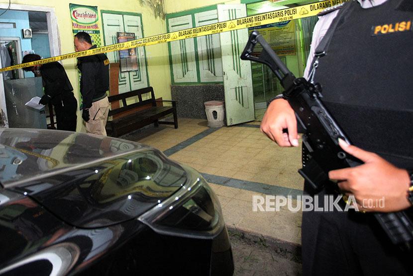 Personil Densus Antiteror Mabes Polri menggeledah sebuah rumah kontrakan saat penggerebekan di Kelurahan Bajang, Kecamatan Talun, Blitar, Jawa Timur, Rabu (13/6) malam.