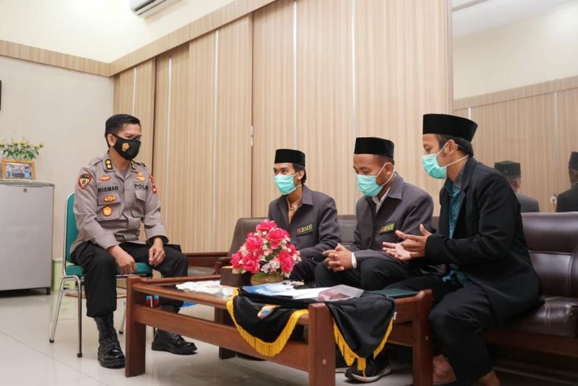 Personil Kepolisian Resor Kota Besar (Polrestabes) Makassar menyalurkan zakat melalui Laznas BMH.