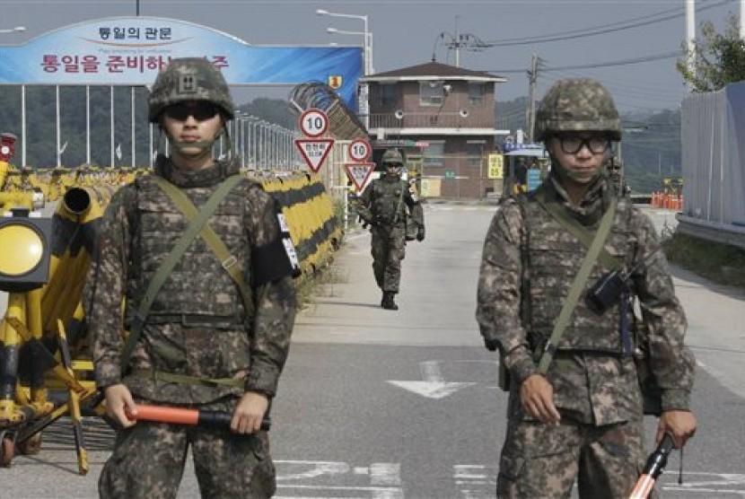 Personil tentara Korea Selatan berpatroli di jermbatan penghubung Korea Selatan dan Korea Utara di desa perbatasan Panmunjom, Peju, Korsel, Sabtu (22/8). (AP/Ahn Young-joon)