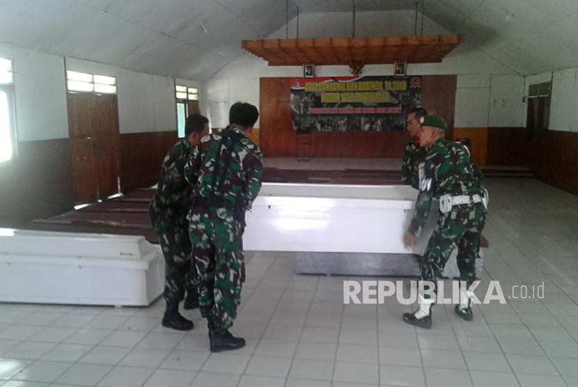 Personil TNI menyiapkan peti jenazah untuk korban penembakan Kelompok Kriminal Bersenjata (KKB) di Kabupaten Nduga, di Kodim 1702 Jayawijaya, Wamena, Papua, Selasa (4/12/2018).