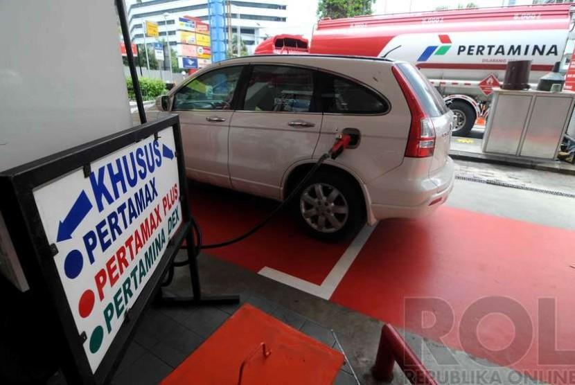 Kendaraan pribadi mengisi bahan bakar Pertamax Plus di SPBU.
