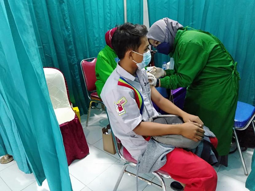 Pertamina kembali menggencarkan program vaksinasi Covid-19, kali ini sebanyak 470 peserta yang mayoritas terdiri dari operator dan awak mobil tangki Pertamina (AMT) di wilayah Tegal jalani vaksinasi, pada Kamis (5/8).