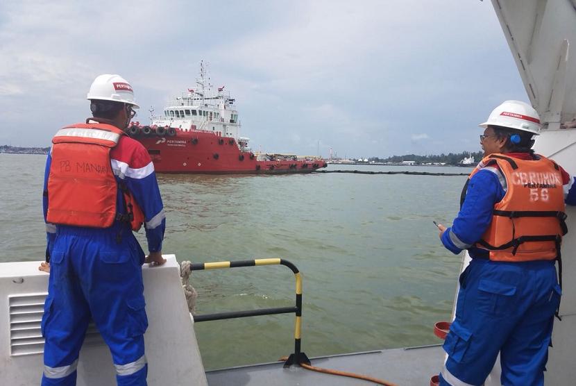 Pertamina melakukan penyisiran sisa minyak di Teluk Balikpapan.