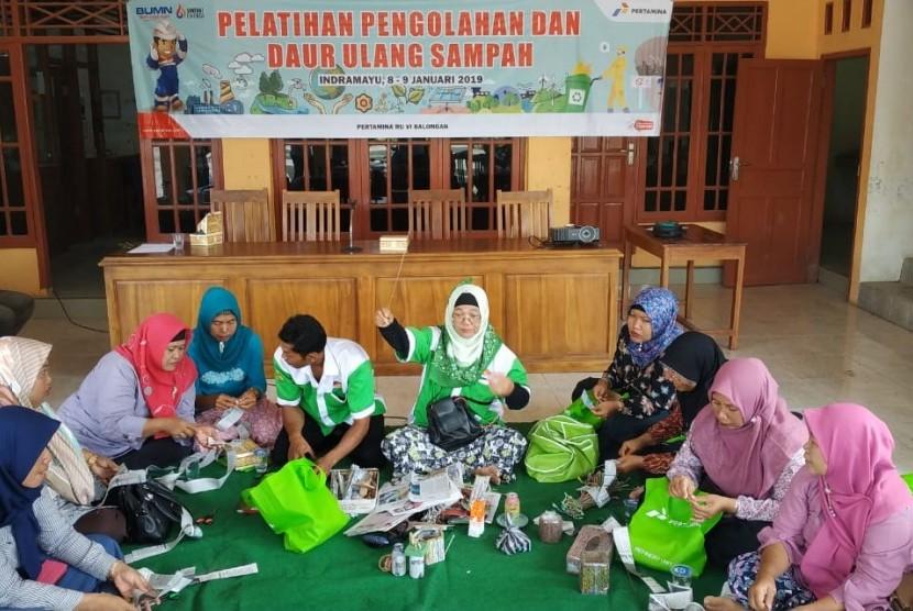 Pertamina RU VI Balongan, Kabupaten Indramayu melalui program corporate social responsibility (CSR) terus berupaya meningkatkan keterampilan dan wawasan masyarakat di sekitar kilang.