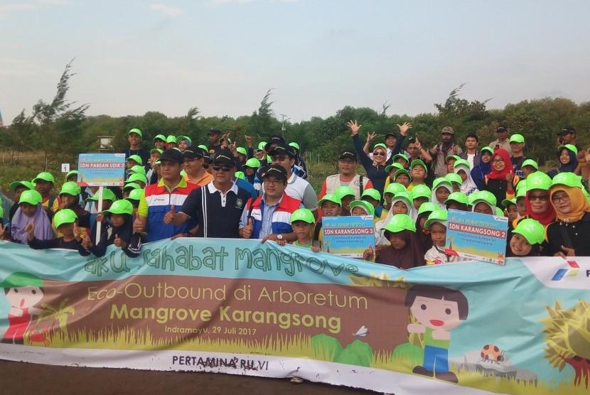 Pertamina RU VI Balongan menggelar Eco Outbound untuk pelajar sekolah dasar di Arboretum Mangrove, Indramayu, Jawa Barat, Sabtu (29/7).