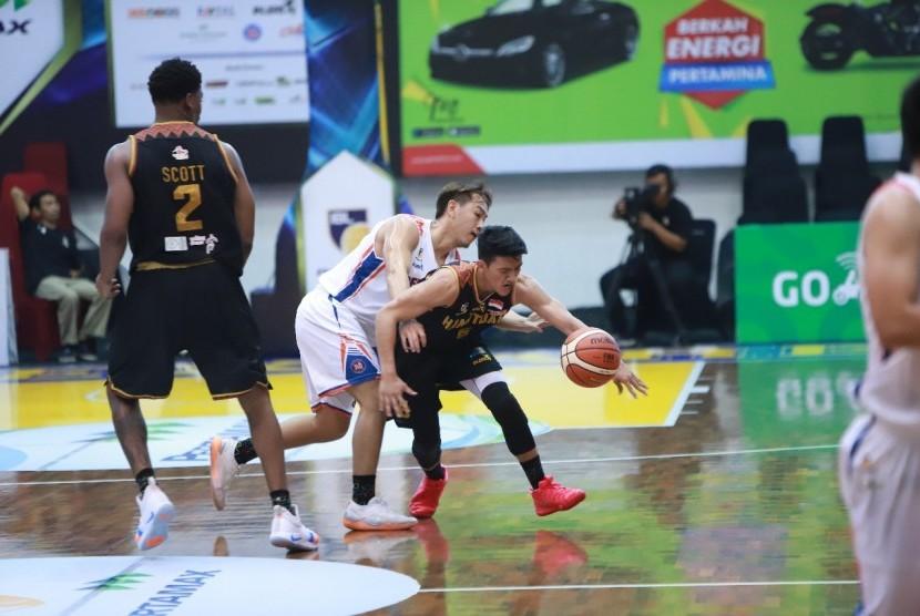 Pertandingan perdana IBL Pertamax Seri ketiga, Kamis (10/1) di Sritex Arena, Solo Jawa Tengah. Pelita Jaya Jakarta menang 70-63 atas Hang Tuah.