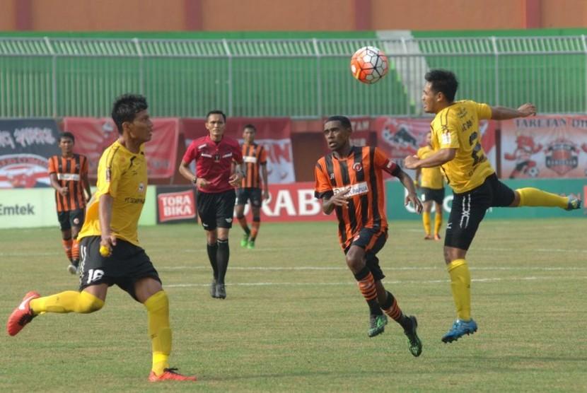Pertandingan sepak bola di Stadion Gelora Ratu Pamelingan, Pamekasan.