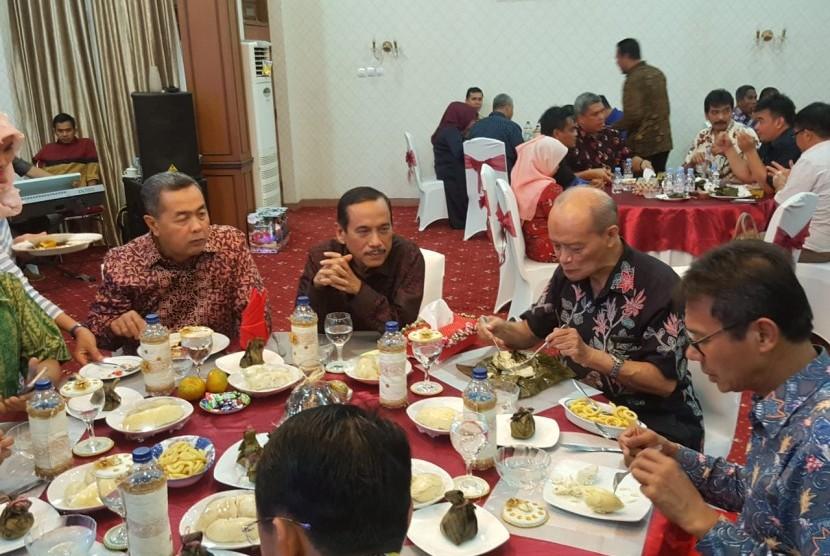 pertemuan di Rumah Dinas Bupati Sijunjung yang dihadiri Syafi'i Ma'arif, Bupati Sijunjung, Anggota DPR RI Alex Indra Lukman, dan 30 pereakilan Kementerian/Lembaga terkait, Jumat (21/7).